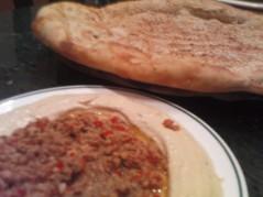 خبز و حمص باللحم