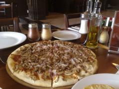 بيتزا لحم ومشروم وبصل 1