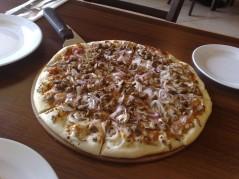 بيتزا لحم ومشروم وبصل