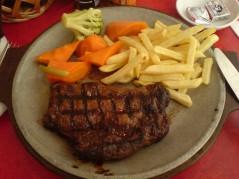 ستيك لحم مع بطاطس وخضروات