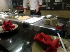 الطباخ يجهز اكلنا