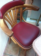 الكراسي ضيقة شوي